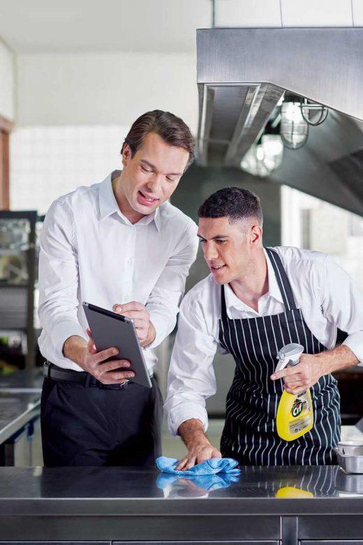 Keuken schoonmaken met Pro Formula Cif Professional